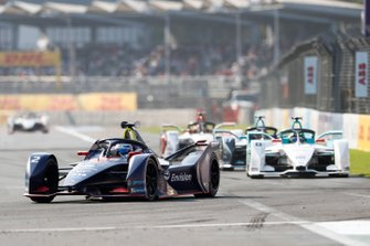 Sam Bird, Envision Virgin Racing, Audi e-tron FE05 leads Tom Dillmann, NIO Formula E Team, NIO Sport 004