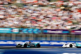 Mitch Evans, Panasonic Jaguar Racing, Jaguar I-Type 3, leads Oliver Turvey, NIO Formula E Team, NIO Sport 004