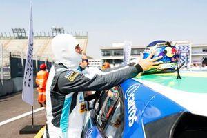 Cacá Bueno, Jaguar Brazil Racing, puts on his helmet