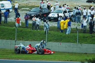 Rubens Barrichello, Ferrari F2002, sufre una falla y queda varado.