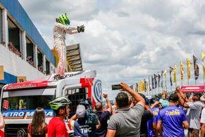 Beto Monteiro celebra com a equipe RM