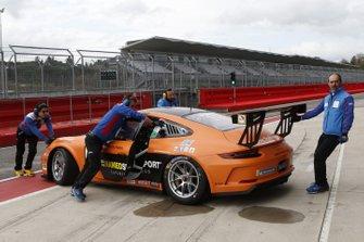 I meccanici del team Ombra Racing spingono la Porsche di Tommaso Mosca nel garage
