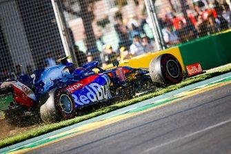 Александр Элбон, Toro Rosso STR14, выехал на траву