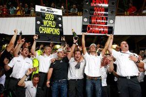 Rubens Barrichello, Jenson Button e il team Brawn GP, festeggiano
