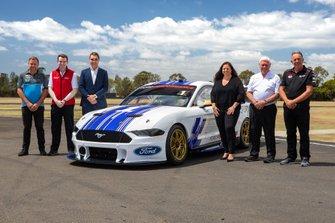 Тим Эдвардс, Tickford Racing, Райан Стори, Shell V Power Racing Team, руководитель серии Supercars Шон Симер, Кей Харт, Ford, Дик Джонсон, Penske DJR Racing, и Фил Манди, 23Red Racing Team