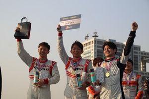 メーカー対抗カートレースで勝利した日産チーム(佐々木、平手、高星)