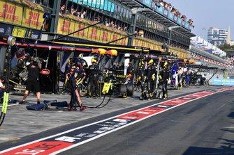 Daniel Ricciardo, Renault F1 Team R.S.19, in the pits