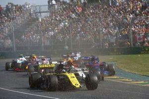 Daniel Ricciardo, Renault F1 Team R.S.19, breaks his front wing at the start