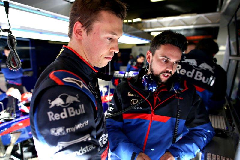 Daniil Kvyat, Scuderia Toro Rosso, parla con un membro del team