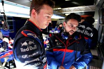 Daniil Kvyat, Scuderia Toro Rosso talks with a team member
