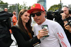 Le poleman Kimi Raikkonen, Ferrari fête sa pole position dans le Parc Fermé avec sa femme Minttu Virtanen