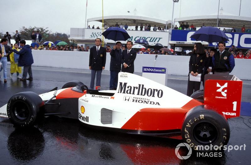 Трибуны почтили память Сенны минутой молчания, стоя перед машиной McLaren 1991 года, на которой Айртон стал трехкратным чемпионом мира