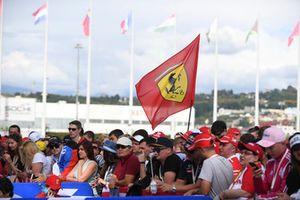Des fans avec un drapeau Ferrari