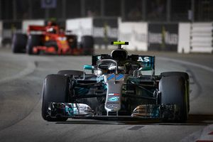 Valtteri Bottas, Mercedes AMG F1 W09 EQ Power+, precede Kimi Raikkonen, Ferrari SF71H