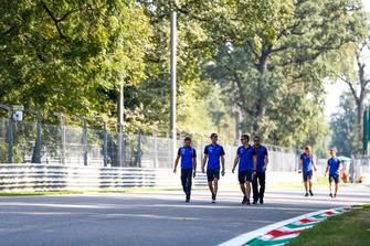 Brendon Hartley, Toro Rosso, parcourt la piste à pied