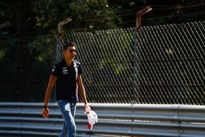 Esteban Ocon, Force India parcourt la piste à pied