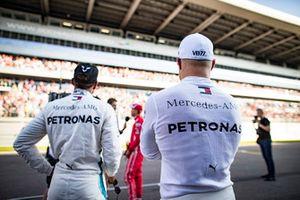 Pole sitter Valtteri Bottas, Mercedes AMG F1, en Lewis Hamilton, Mercedes AMG F1, Sebastian Vettel, Ferrari