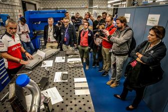 Membro del team Sauber mostra i radioatori delle monoposto Sauber