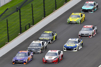Denny Hamlin, Joe Gibbs Racing, Toyota Camry FedEx Possibilities e Ryan Blaney, Team Penske, Ford Fusion BODYARMOR