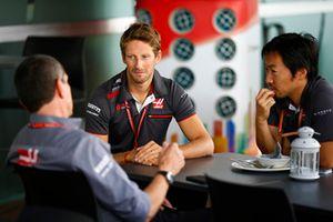 Romain Grosjean, Haas F1 Team, in gesprek met Guenther Steiner, Teambaas Haas F1 Team