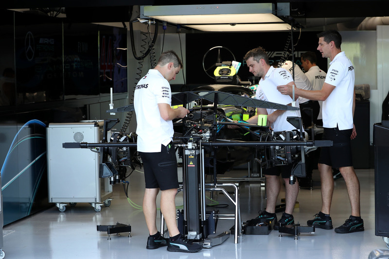 Des mécaniciens Mercedes