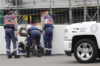 IndyCar Safety Crew ruimt water op na een regenonderbreking