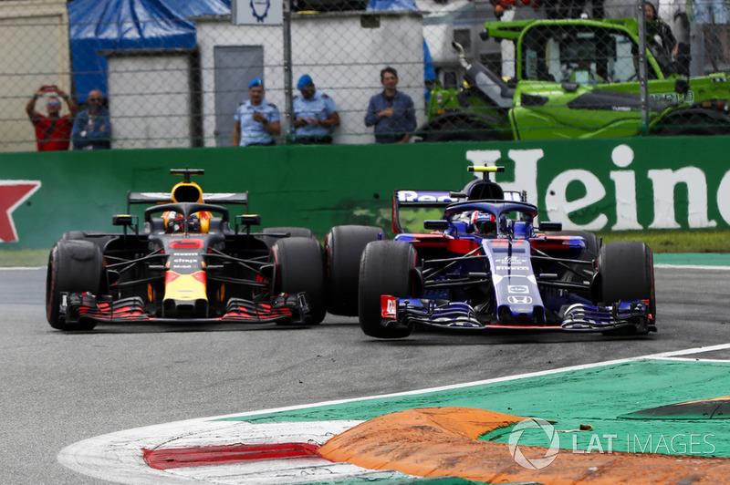 Daniel Ricciardo, Red Bull Racing RB14, y Pierre Gasly, Toro Rosso STR13, rueda con rueda