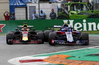 Daniel Ricciardo, Red Bull Racing RB14, and Pierre Gasly, Toro Rosso STR13, go wheel-to-wheel
