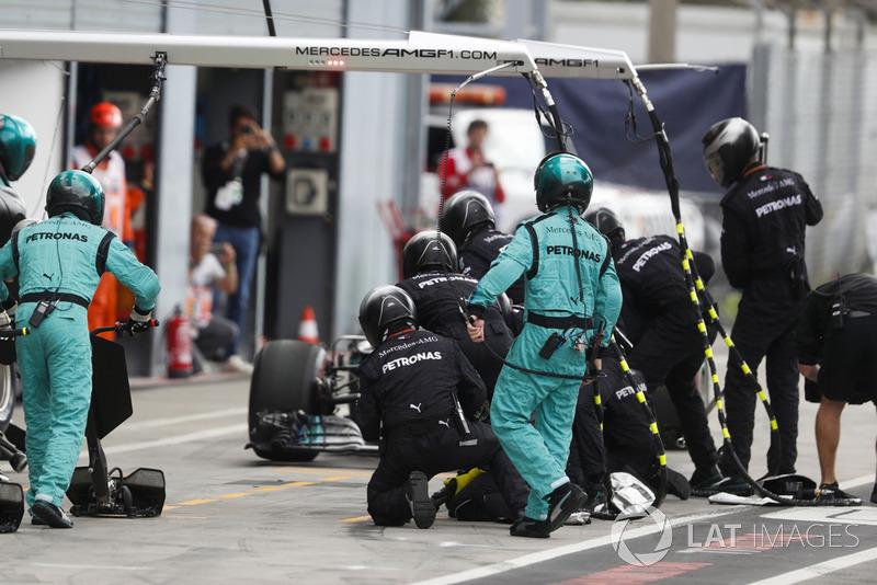 Lewis Hamilton, Mercedes AMG F1 W09, pits