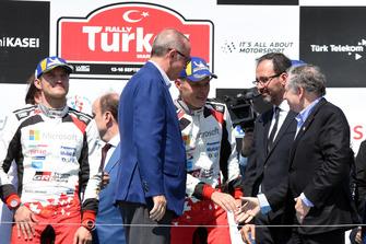 Ganador Ott Tänak, Martin Järveoja, Toyota Gazoo Racing, Recep Tayyip Erdoğan, Presidente de Turquía, Jean Todt, presidente de la FIA