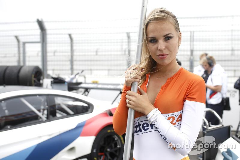 Chica de la parrilla del #43 BMW Team Schnitzer BMW M6 GT3: Dennis Marschall, Victor Bouveng