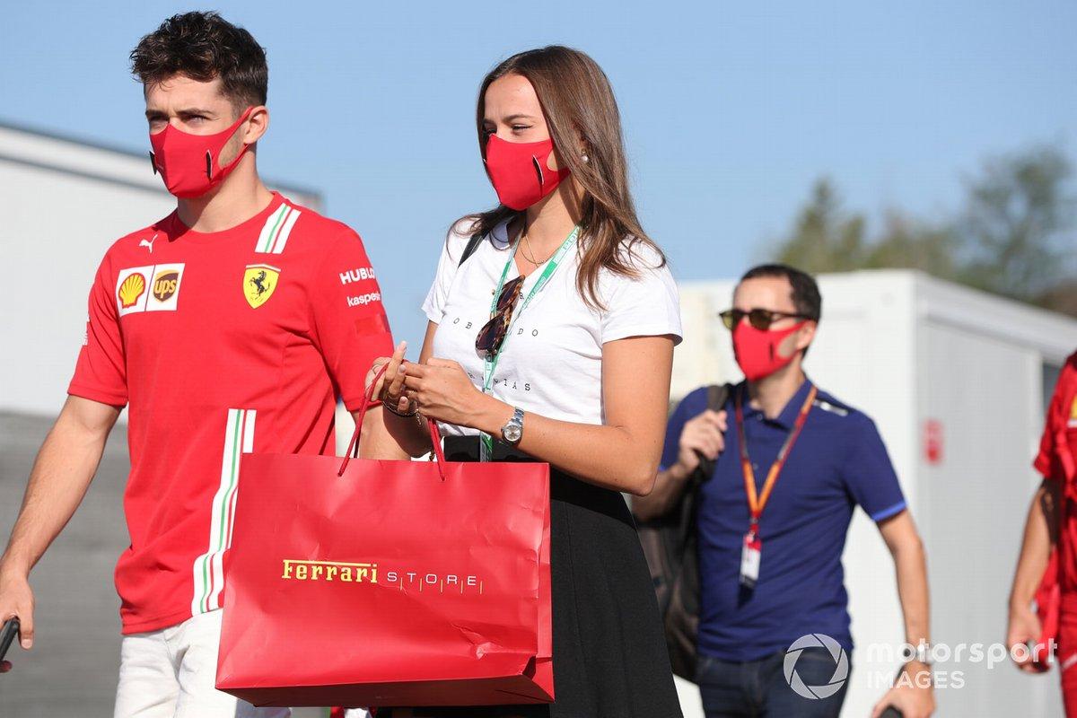 Charles Leclerc, Ferrari, e la sua ragazza Charlotte Sine arrivano in pista