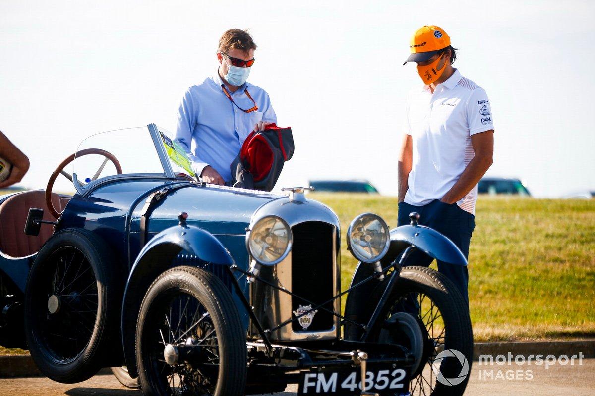 Stuart Pringle, director del circuito de Silverstone y Carlos Sainz Jr., McLaren