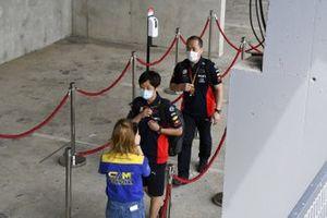 У сотрудников Red Bull Racing проверяют температуру при входе на автодром