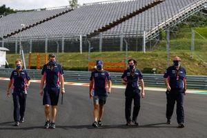 Sergio Perez, Racing Point, cammina in pista con i membri del team