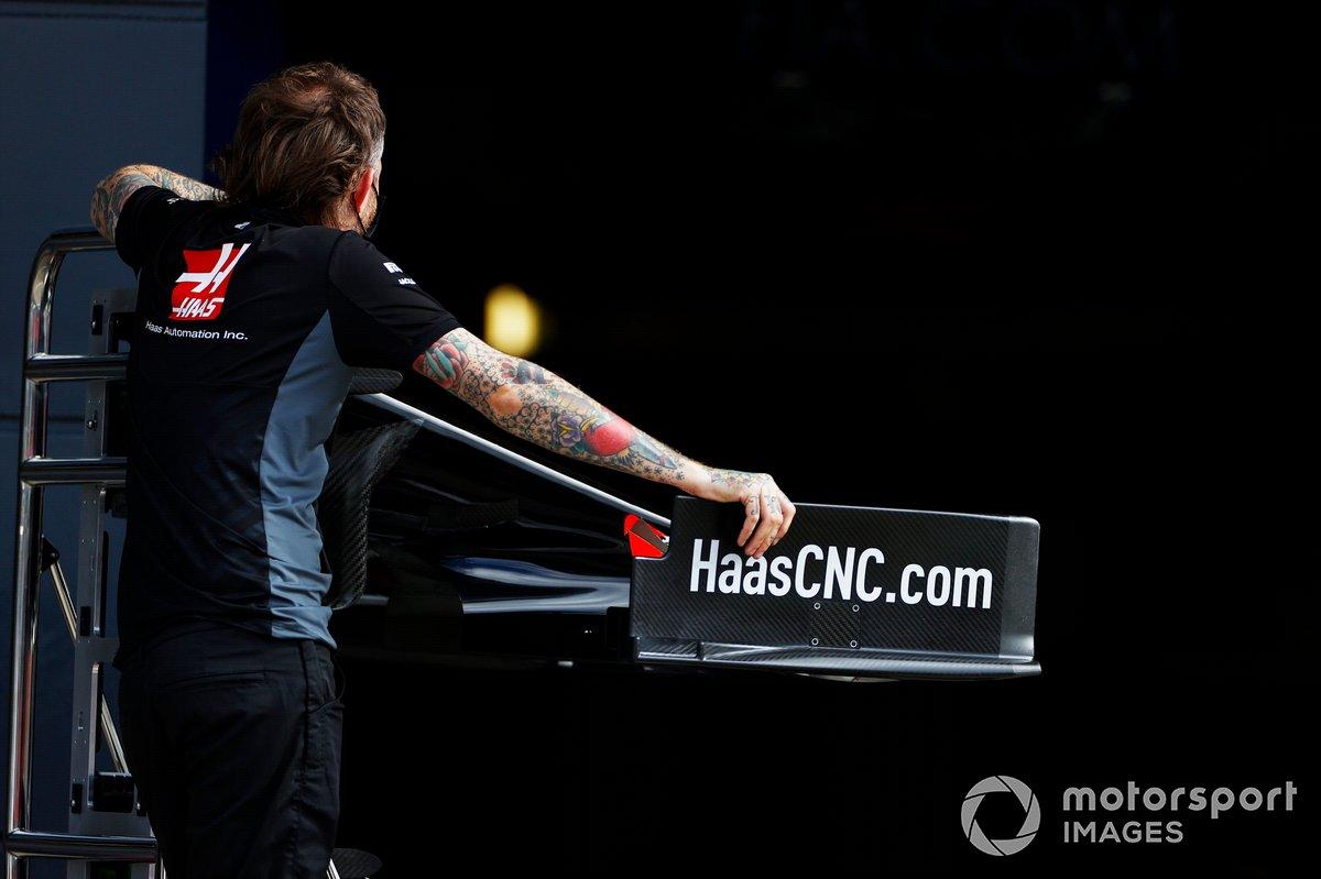 Un mecánico de Haas sostiene un alerón delantero