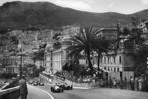 Renn-Action beim GP Monaco 1950 in Monte Carlo: Jose Froilan Gonzalez, Maserati 4CLT/48, führt