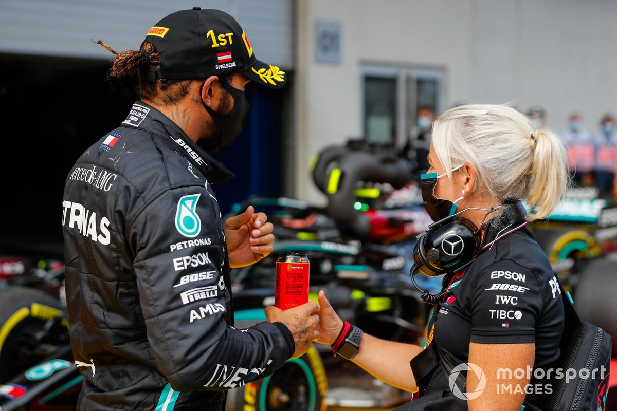 Ganador Lewis Hamilton, Mercedes-AMG Petronas F1 en parc ferme