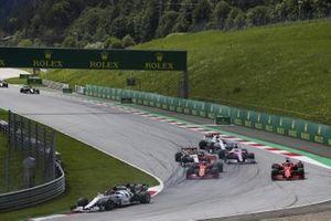 Daniil Kvyat, AlphaTauri AT01, en tête alors que Charles Leclerc, Ferrari SF1000, et Sebastian Vettel, Ferrari SF1000, s'accrochent