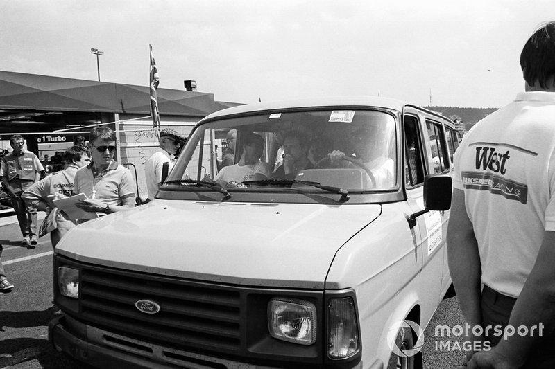 Nelson Piquet, conduce la camioneta con los pilotos de F1 para inspeccionar la pista dañada