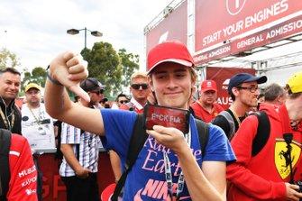 Tifosi arrabbiati con un messaggio per la FIA alla notizia dell'annullamento della gara