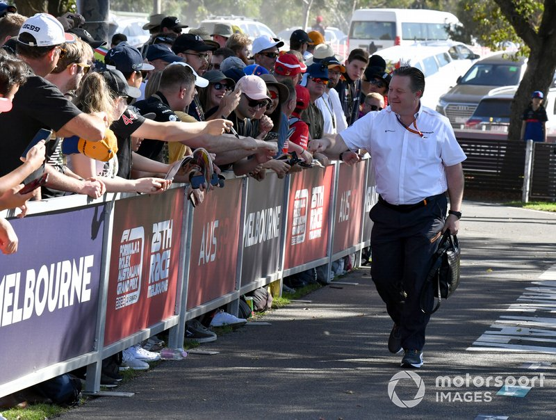 Zak Brown, Executive Director, McLaren firma autografi ai fan