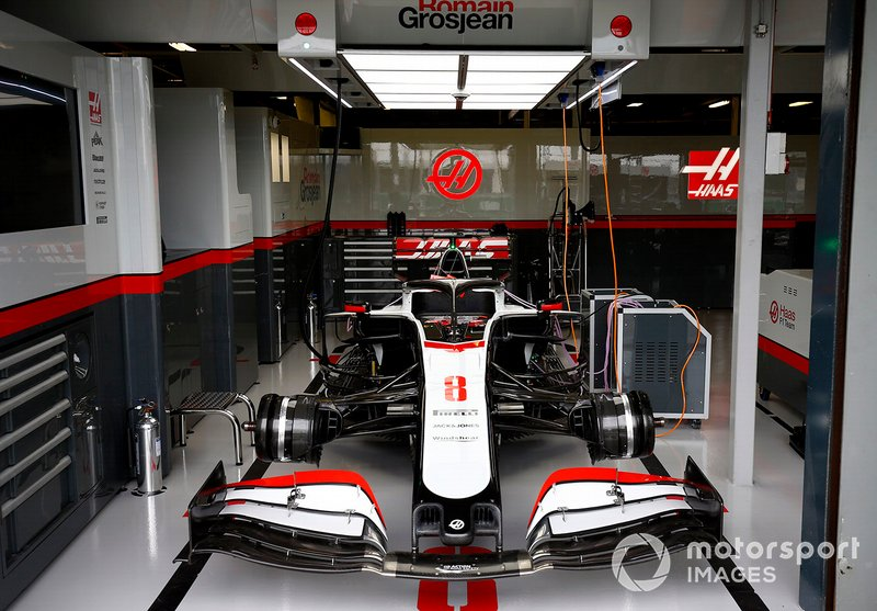 Romain Grosjean's Haas VF-20 en el garage