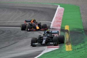 Valtteri Bottas, Mercedes F1 W11 EQ Performance, Alex Albon, Red Bull Racing RB16