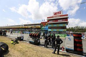 Williams Racing mechanics on the grid