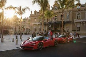 Claude Lelouch y Charles Leclerc, Ferrari SF90 Stradale
