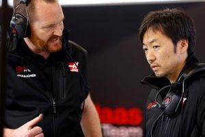 Matt Scott, Chief Mechanic, Haas F1 Team and Ayao Komatsu, Chief Race Engineer, Haas F1 Team