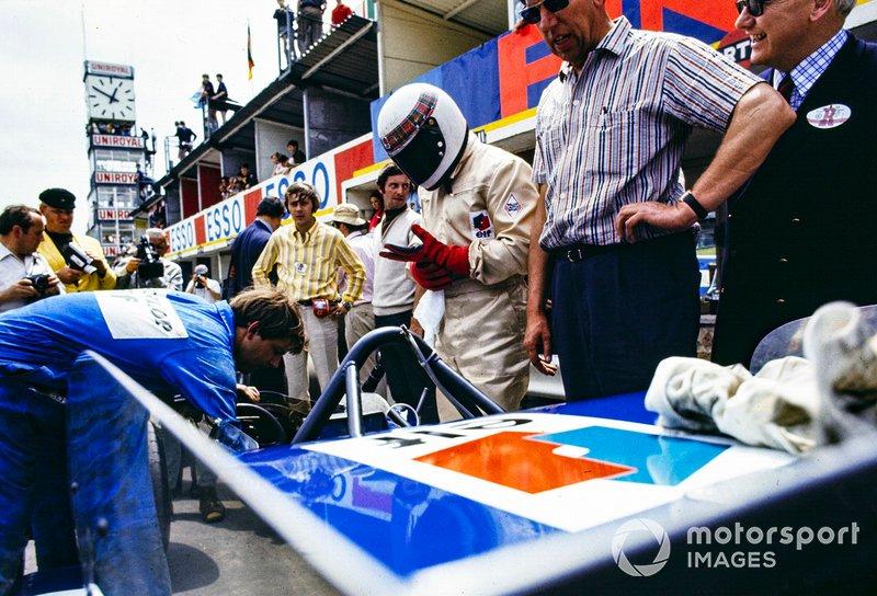 Un mecánico prepara el monoplaza de Jackie Stewart, March 701 Ford