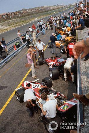 Formel-1-Autos von 1970 in der Boxengasse