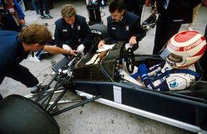 Nelson Piquet haciendo algunos trabajos de suspensión en su Brabham, en el medio Charlie Whiting y el diseñador Gordon Murray